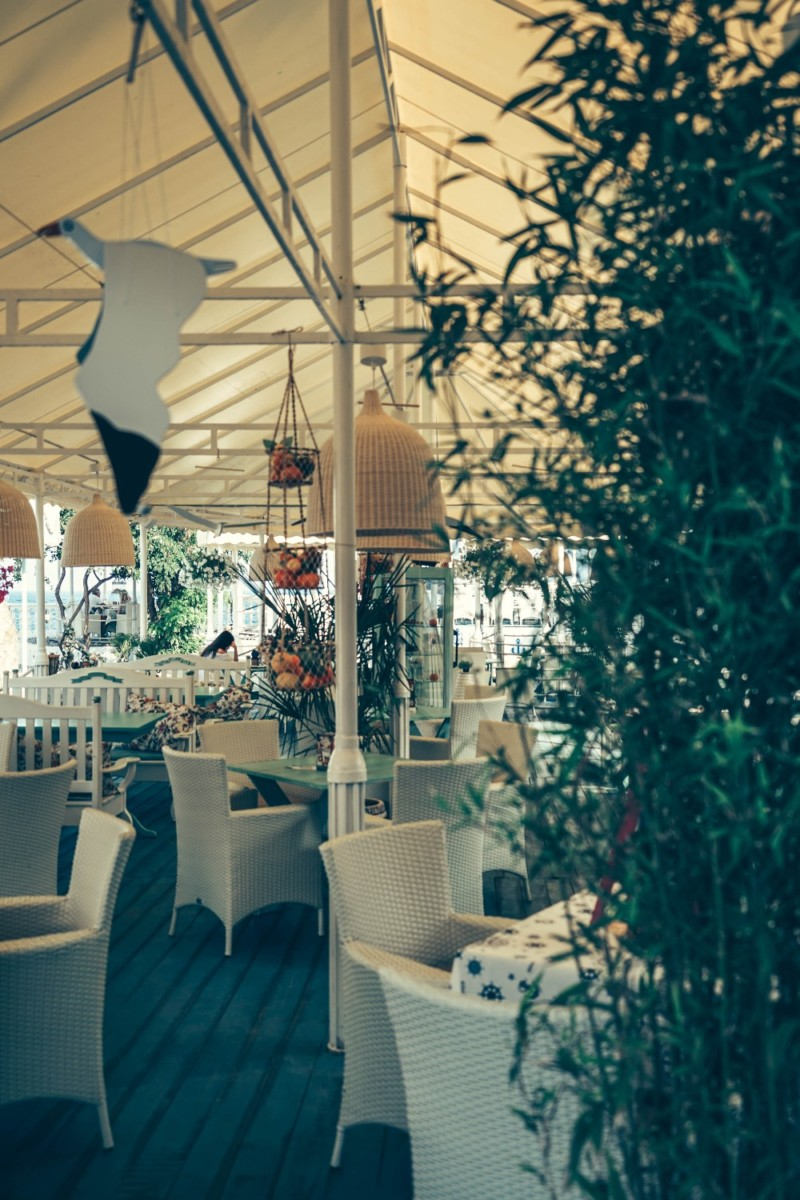 Beautiful-Nautical-Restaurant-with-White-Interior