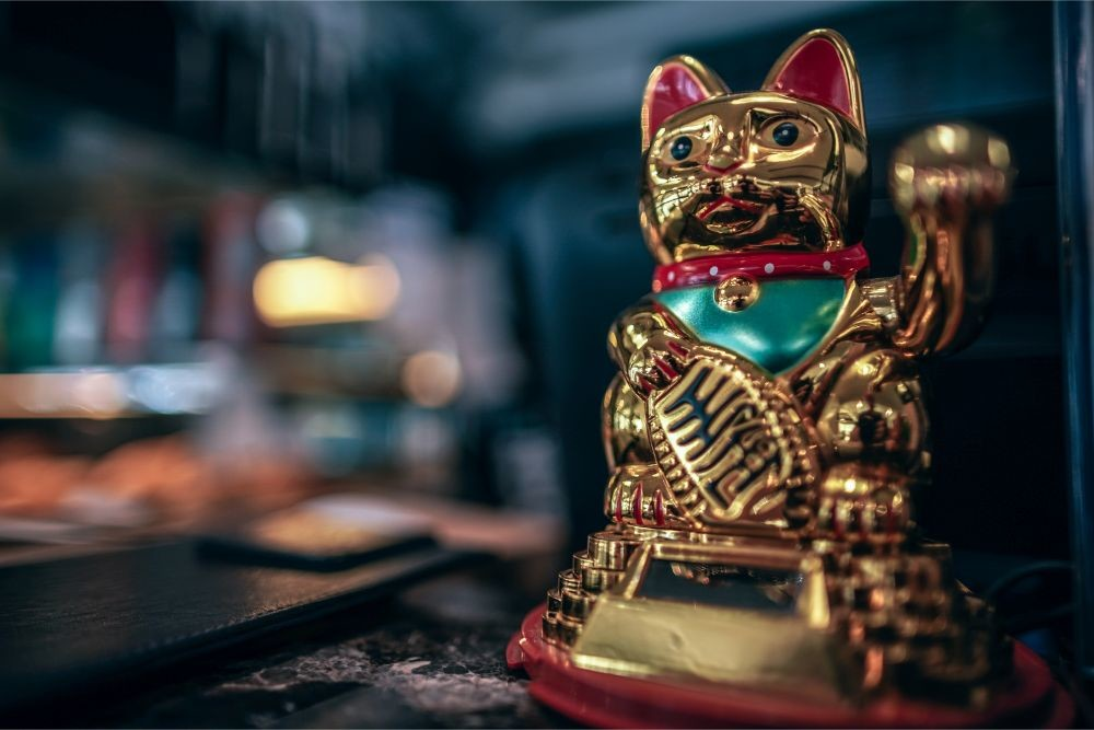 Golden-Maneki-neko-in-a-Coffee-Shop