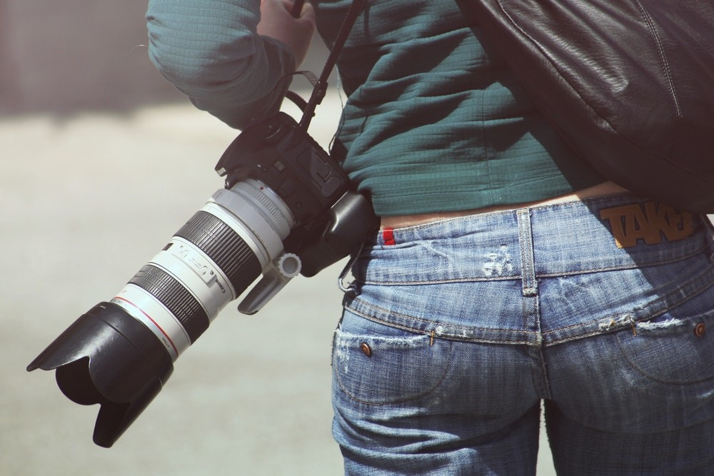Man-holding-a-Telephoto-lens