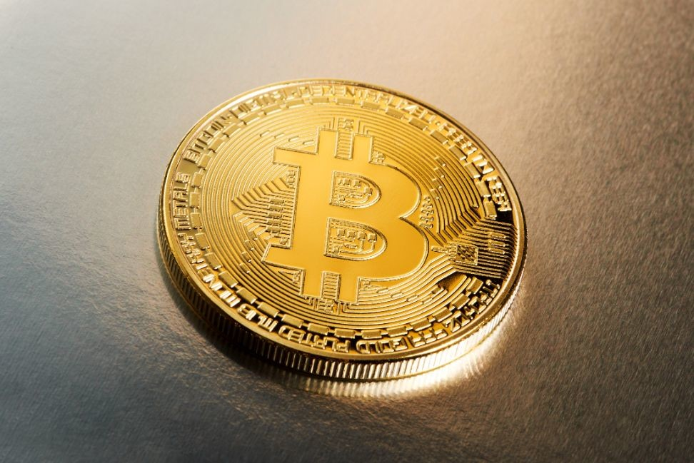 single-bitcoin-cryptocurrency-on-a-gradient-PGC7N8V