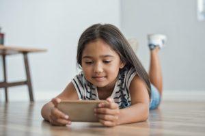 little girl using mobile phone PFTKNTN