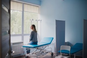 woman waiting for doctor in hospital PHPLRZ