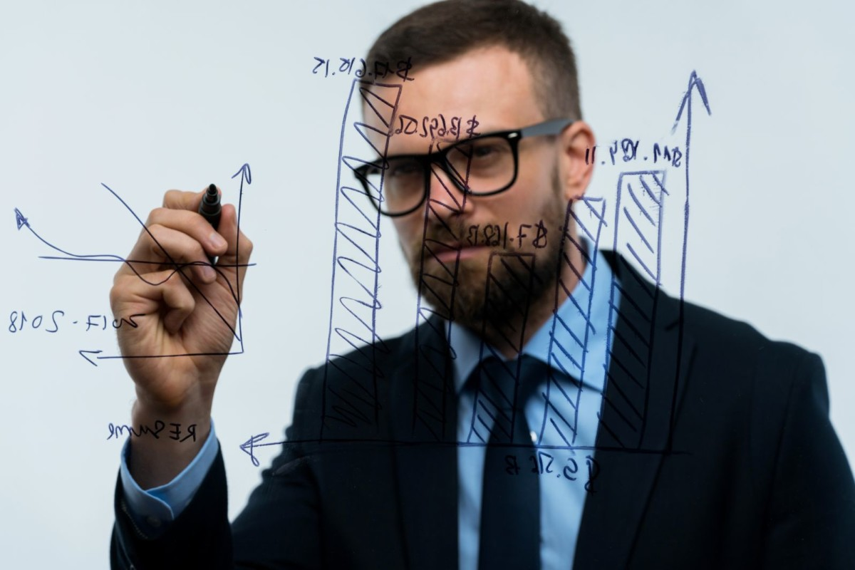 man-draws-various-growth-charts-calculating-PKCASUU