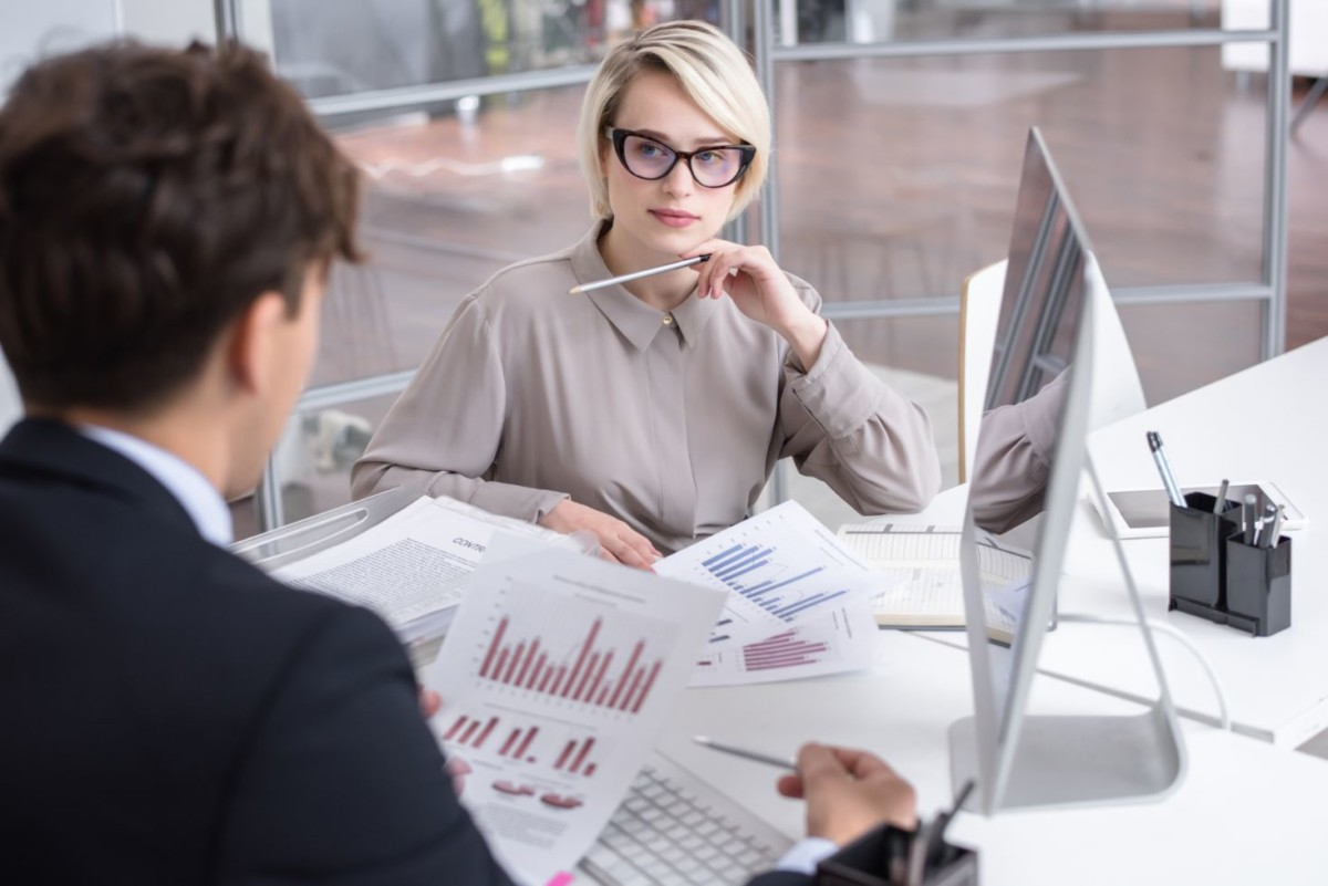 marketing-analytics-meeting-in-office-4ZP98TC