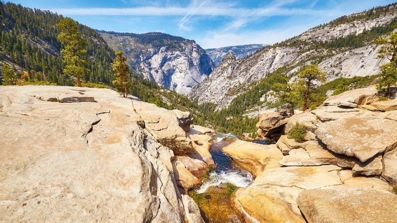 river-in-the-yosemite-national-park-california-P6XDR4E