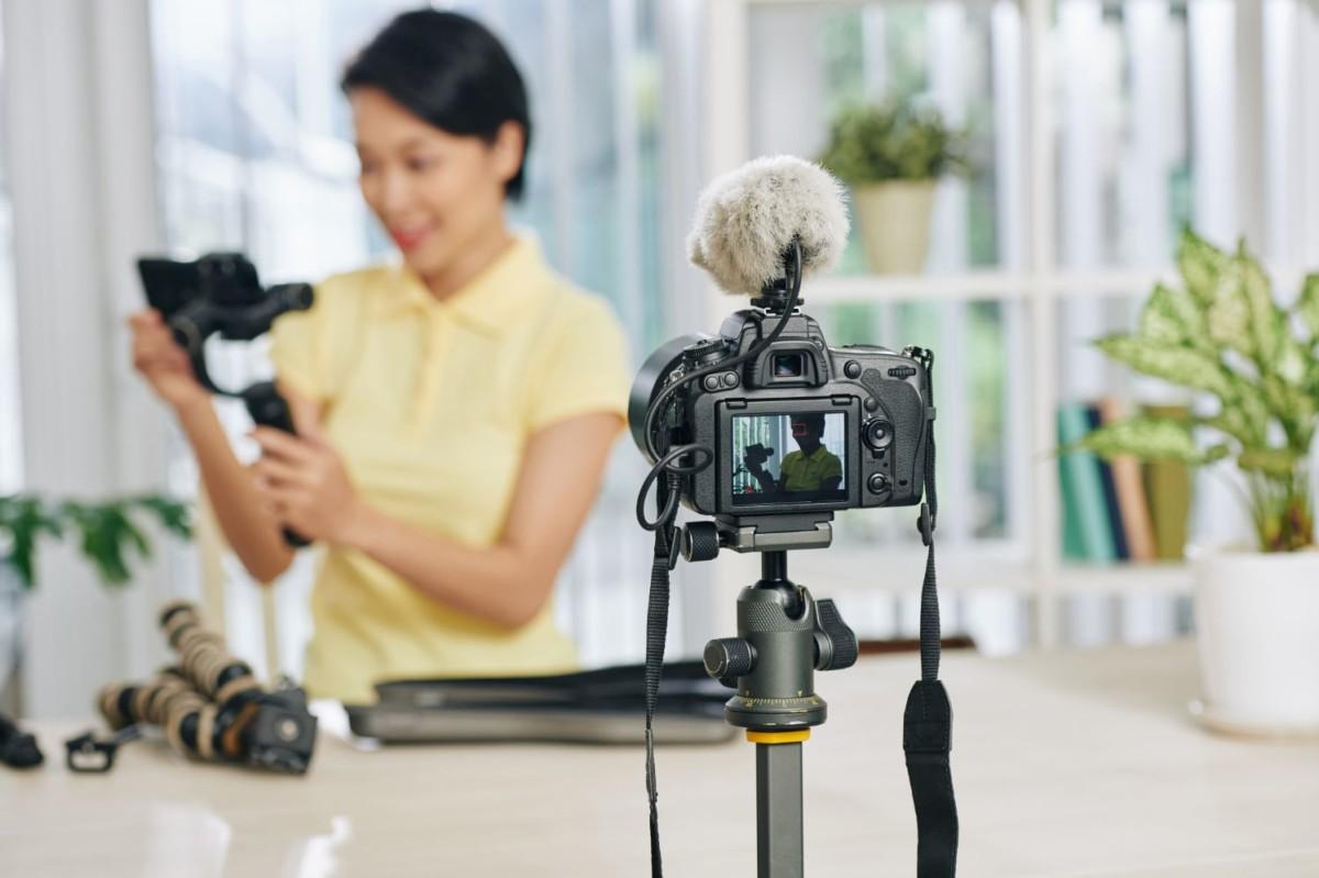 blogger reviewing video production equipment QFZKKG