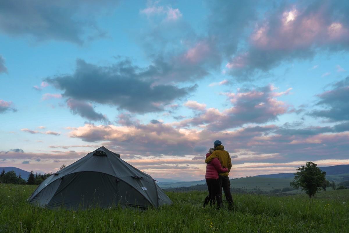 couple-tent-PZUNE74