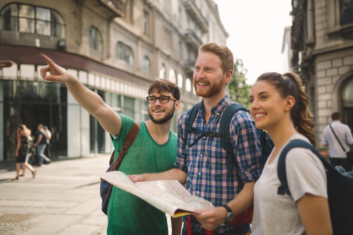 happy-traveling-tourists-sightseeing-CGVJZBR