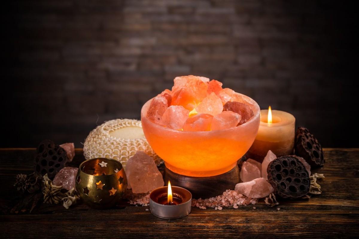 salt-lamps-of-pink-himalayan-salt-PFMCY3C