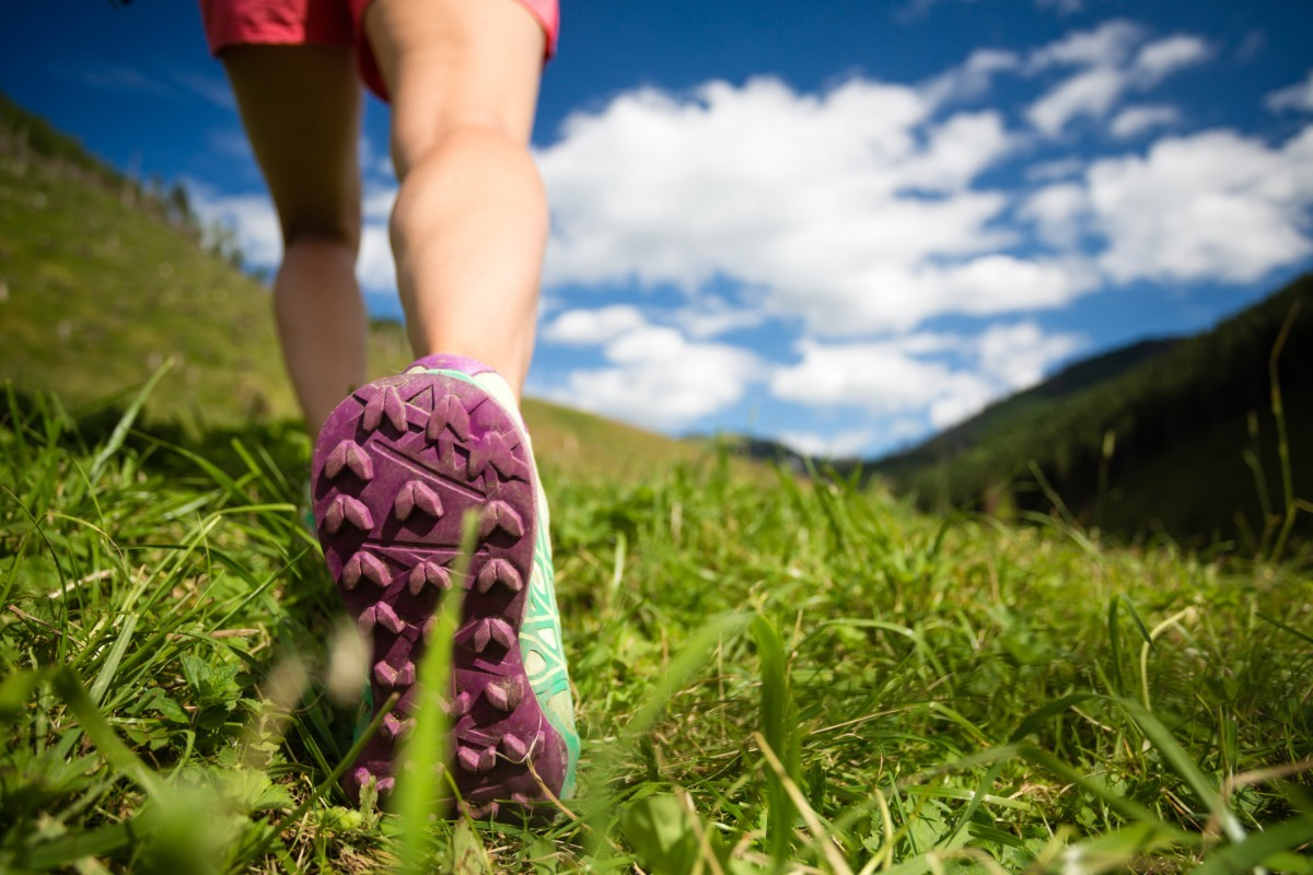 woman-hiking-in-mountains-adventure-and-travel-PVN8MAZ