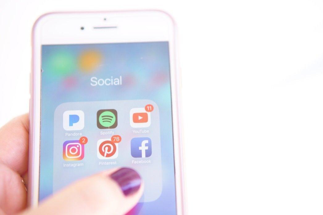 social media on smartphone t VmGw