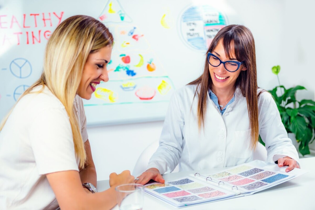 nutritionist with female patient VYGKH
