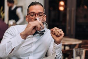 man drinking wine apsz