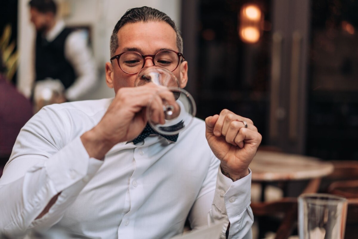 man drinking wine apsz