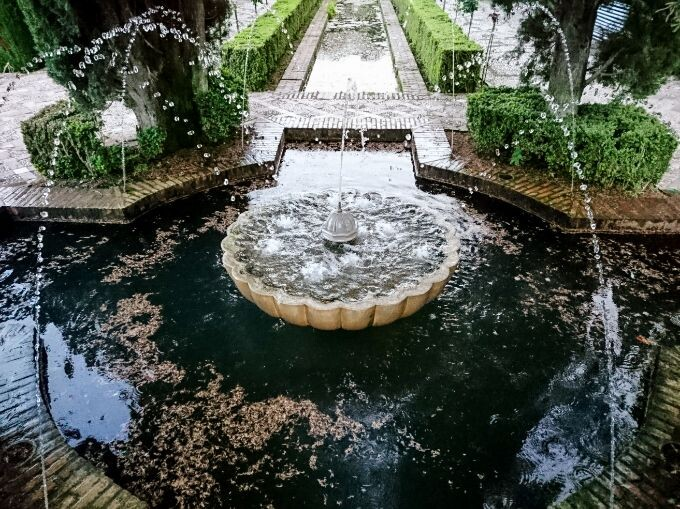 fountain in the gardens of the generalife palace pbjtjq