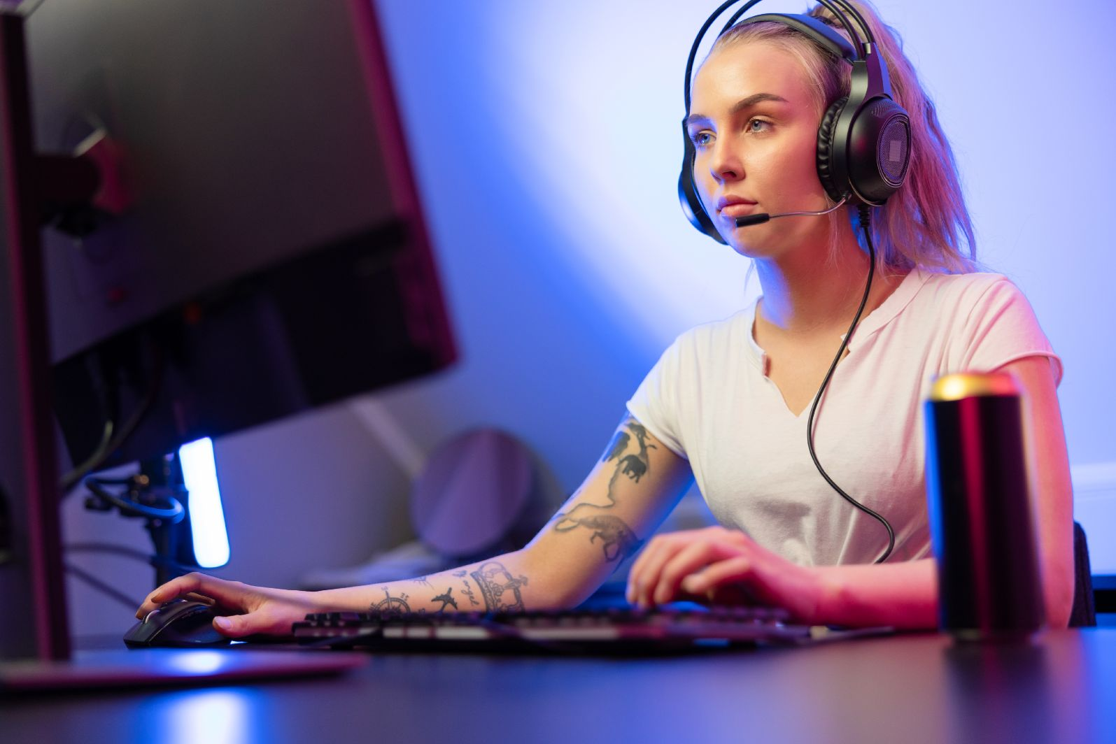 professional gamer girl with headset play online m FWZNTJ